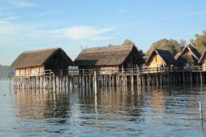 Eine Stelzenhausanlage auf Wasser